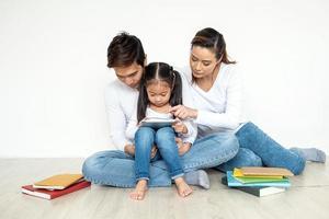 asiatisk familj som använder surfplatta tillsammans