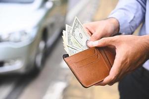 affärsman som håller en plånbok i händerna foto