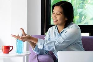 kvinna med hjälp av saneringsmedel foto