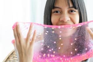 flicka som håller hemlagad slem foto