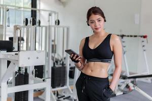 asiatisk kvinnlig idrottare på gymmet foto