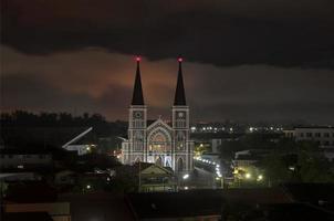 katolsk kyrka på natten i Thailand