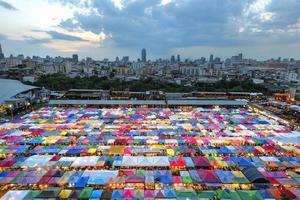 färgglada tält på ratchada nattmarknaden foto