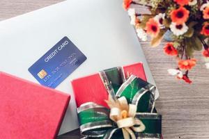 kreditkort med insvept presentförpackning foto