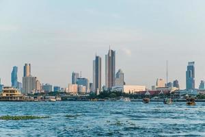 landskapsvy av byggnader vid floden Chao Phraya foto