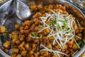 Rör stekt vit rädisa eller kål som är till salu på matmarknaden