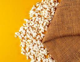 popcorn på gul bakgrund foto