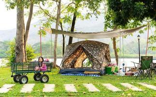ung asiatisk tjej i vagn på campingen