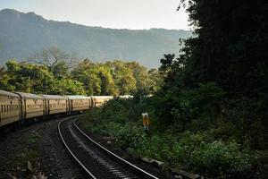tåg på bergssidan foto