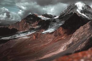 dramatisk utsikt över bergen foto