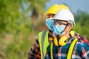 män som bär säkerhetsutrustning foto