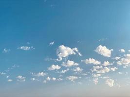 vita moln i blå himmel foto