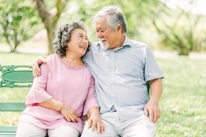 lyckliga äldre par i parken