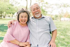 lyckliga äldre par som har det bra