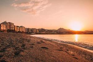 utsikt över staden nära stranden vid solnedgången