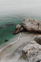 humörig stenig havsstrand foto