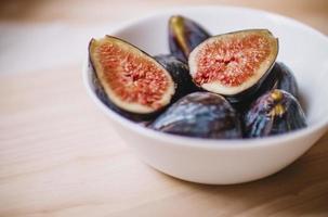 skivad frukt i keramisk skål foto
