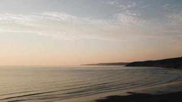 silhuett av kustbergen foto