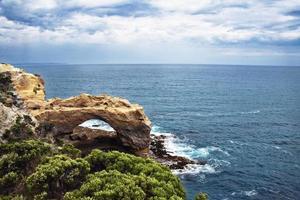 klippformationer vid havet foto