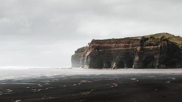 bergformation på havssidan foto