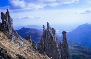 grå bergsklippa med blå himmel foto