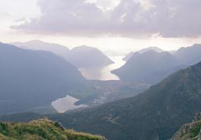 disig utsikt över sjön i dalen