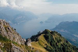 utsikt över floden och bergen under blå himmel och moln foto