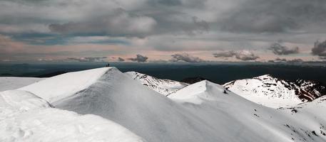 snöklädda berg under gryningen foto