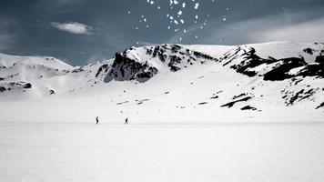 snötäckta kullar på dagtid foto