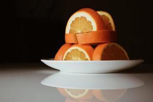 närbild av skivade apelsiner foto