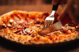 närbild av pizza foto