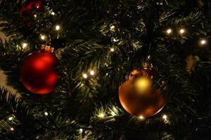 guld och röda lökar på julgran foto
