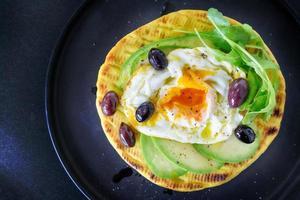 omelett med pålägg foto