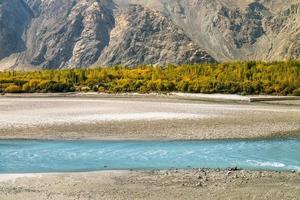turkosblå flod