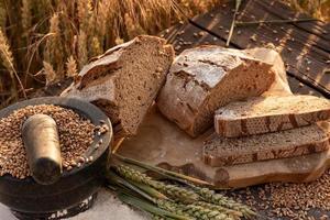 skivad bröd på träbord foto