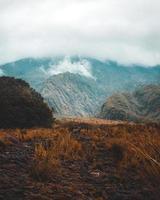 molnigt berg dimma foto
