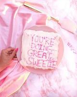 rosa tårta och en tallrik foto