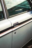 bildörr med röd strimmig foto