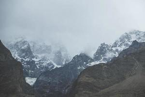 natur landskap utsikt över berg moln och dimma
