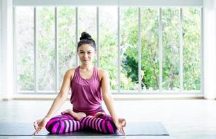 asiatisk kvinna som utövar yoga foto