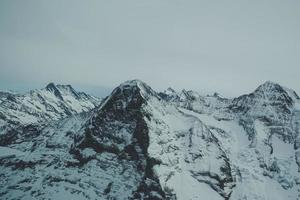 berg täckt med snö foto
