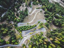 Flygfoto över den slingrande bergsvägen