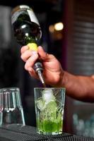 bartender förbereder en cocktail foto