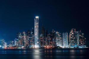upplyst stadshorisont under natten foto