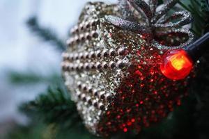 närbild av julgran foto