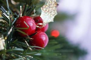tre runda röda fruktprydnader foto