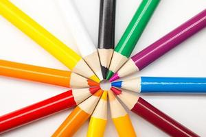 blandade färgpennor på vit bakgrund foto