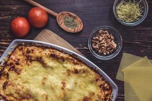 bakad lasagne med ingredienser foto
