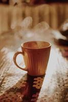 varm kopp kaffe i brun mugg foto