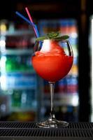kall cocktail i baren foto